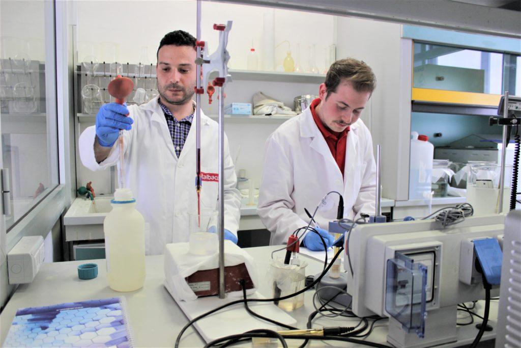 Ingegneri Chimici impegnati nei controlli quotidiani all'interno del laboratorio di ossidazione anodica dell'alluminio