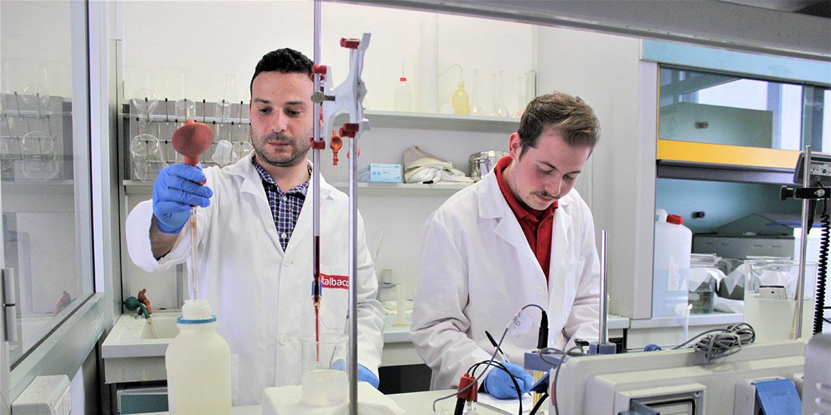 laboratorio di ossidazione anodica italbacolor: tecnici al lavoro