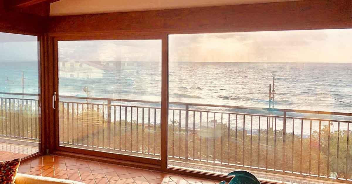 Infissi alluminio effetto legno l 39 eleganza in casa for Infissi color legno
