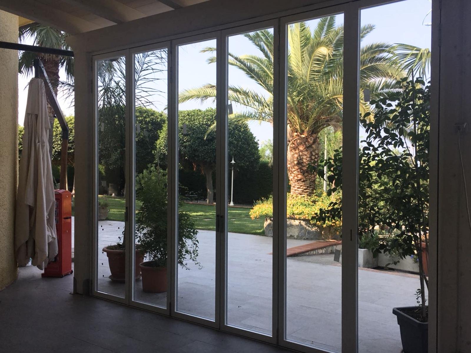 Coprire Terrazzo Con Veranda finestre per verande a libro: soluzioni salvaspazio